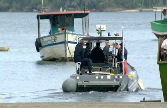 Bombeiros retomam buscas e encontram mais um corpo de vítima de naufrágio em Itaguaí, RJ