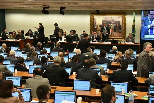 Câmara aprova projeto que impede ministro do STF de suspender lei por decisão individual