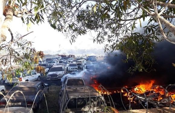 Fogo atinge pátio com carros apreendidos em depósito do Detran em Porto Velho