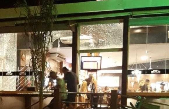 Homem atira contra bar lotado em GO, causa pânico e deixa uma pessoa baleada; veja vídeo