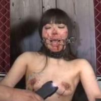 女に針を刺して糸で乳首を縫い付けたら大絶叫で泣き叫んだ