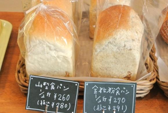 一番人気の「全粒粉食パン」と、定番の「山型食パン」