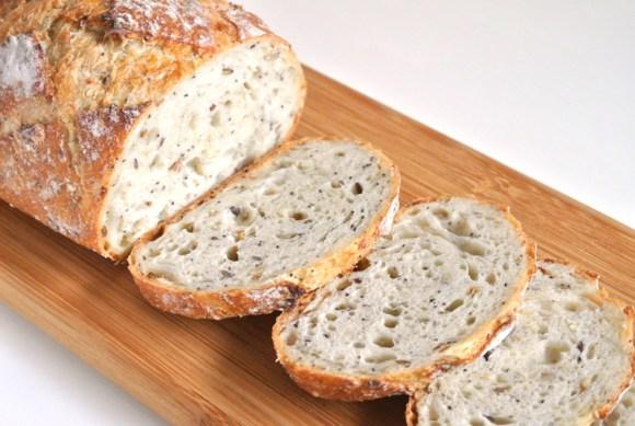 オーツ麦、亜麻仁、ケシの実、白胡麻などを配合したヘルシーな雑穀パン「パン オ セレアル」