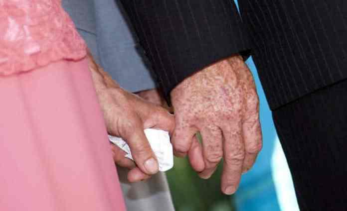 seniorholdinghands