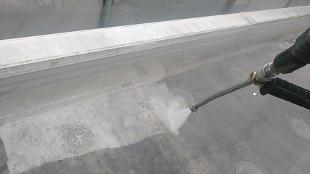 続いて、エアコン冷媒管の保護カバーも取り外しておきます。