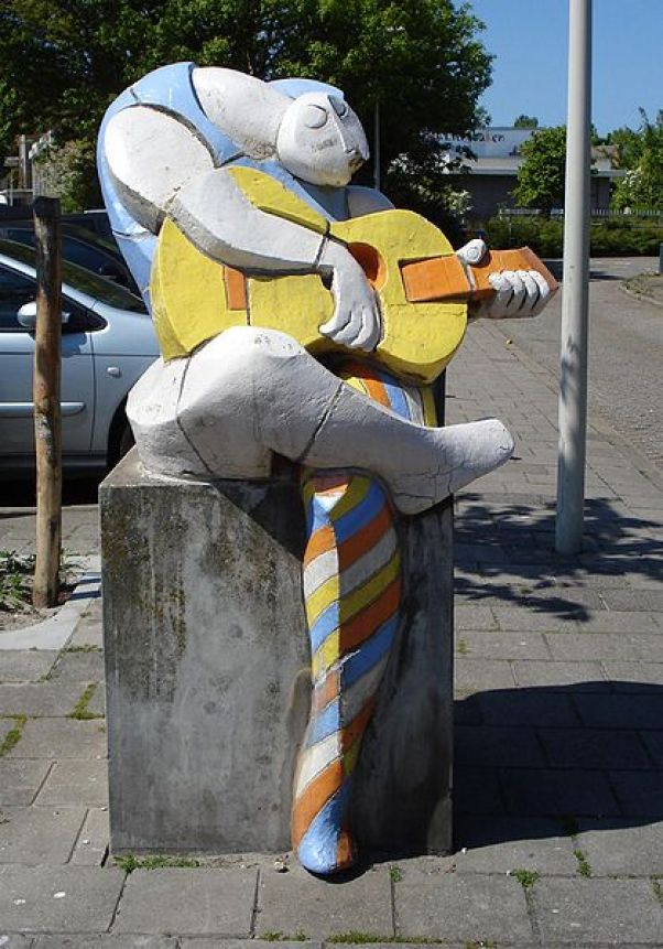 419px-Denhaag_kunstwerk_gitarist