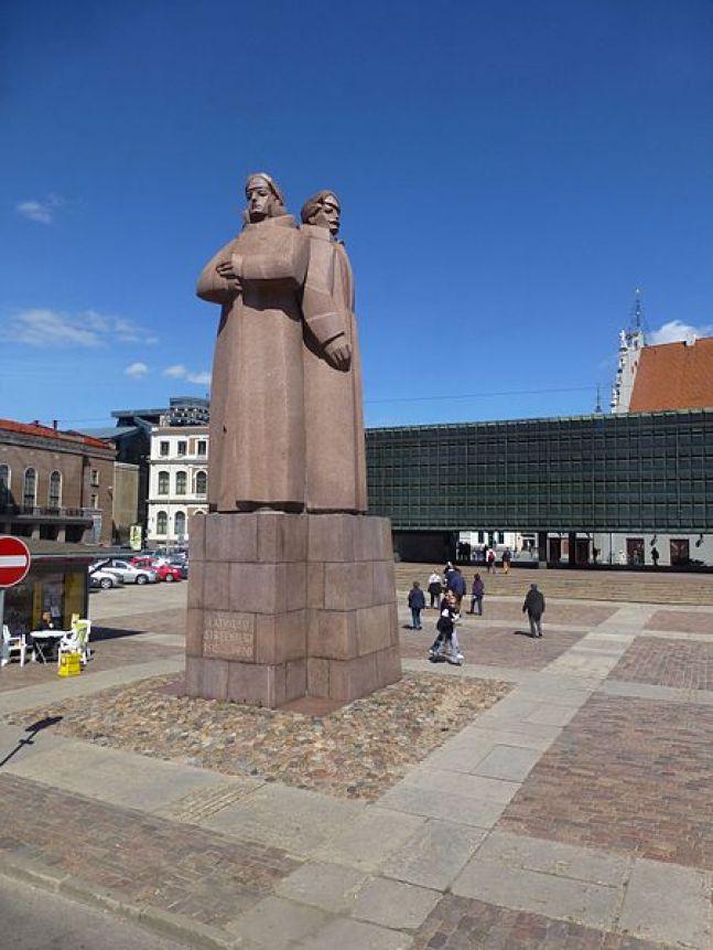 Riga_-_Monument_to_Latvian_Red_Riflemen_-_Piemineklis_latviešu_sarkanajiem_strēlniekiem_-_panoramio