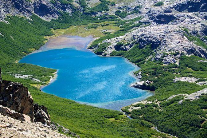 800px-Argentina_-_Bariloche_trekking_115_-_colourful_Jakob_Lake_and_Refugio_(6798012395)