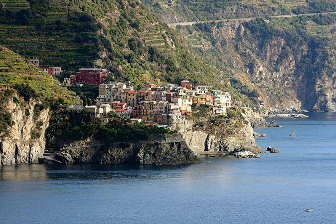 Cinque_Terre,_Manarola,_vista_dalla_terrazza_alla_fine_di_via_Serra,_a_Corniglia_-_panoramio_-_Carlo_Pelagalli_(1)