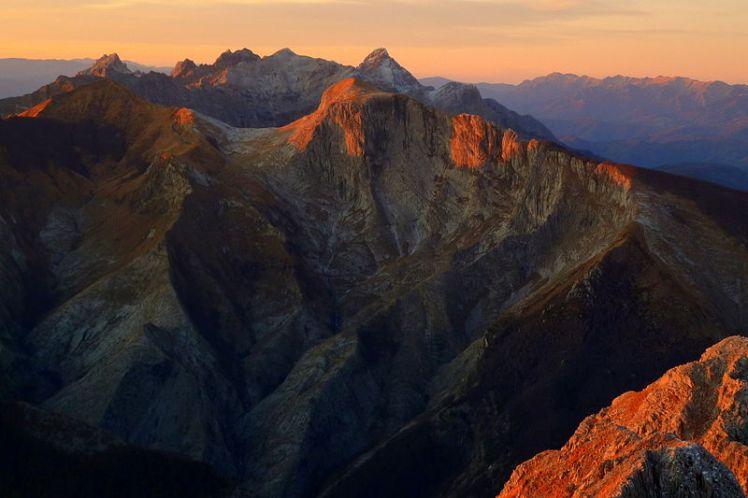 Veduta_panoramica_delle_Alpi_Apuane_al_tramonto