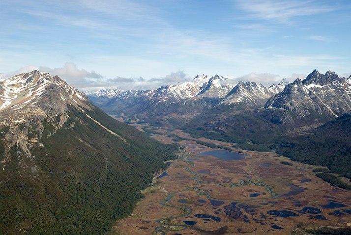 800px-ARG-2016-Aerial-Tierra_del_Fuego_(Ushuaia)–Valle_Carbajal_01