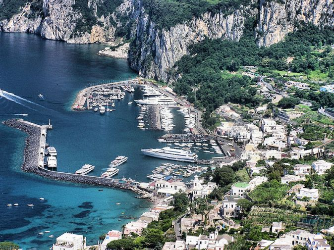 800px-Capri.harbour.from.above.arp
