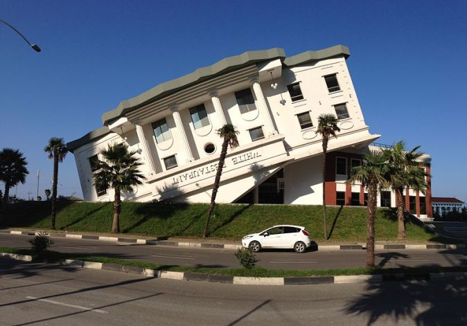 800px-Building_that_looks_like_upside-down_White_House,_Batumi
