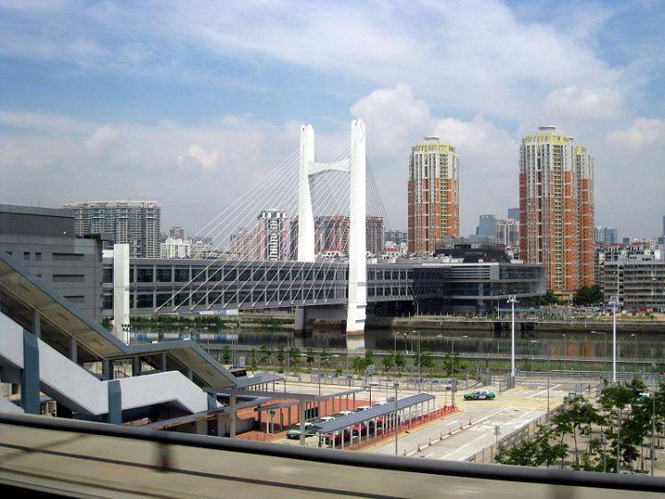 800px-Shenzhen_FongTin_to_Hong_Kong_Bridge