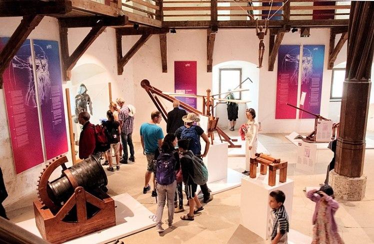 800px-Werfen_-_Burg_Hohenwerfen_Museum_-_2017_08_22_-_Leonard_Da_Vinci-Ausstellung_5