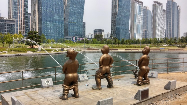 kids-peeing-into-the-river-statue-incheon-south-korea