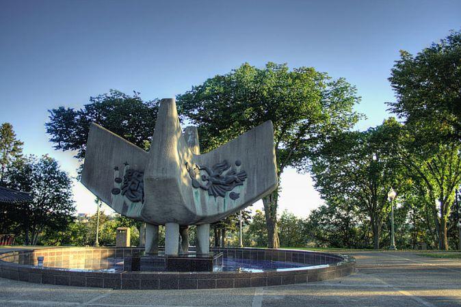 800px-Royal-Alberta-Museum-Abstract-Fountain-Edmonton-Alberta-Canada-04A