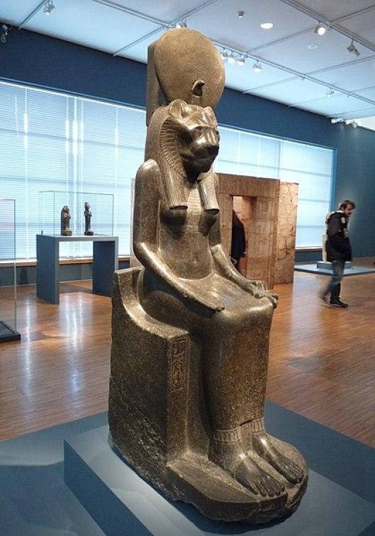419px-Sekhmet_remployée_par_Chéchong_Ier_-_Servir_les_dieux_d'Égypte_-_Musée_de_Grenoble