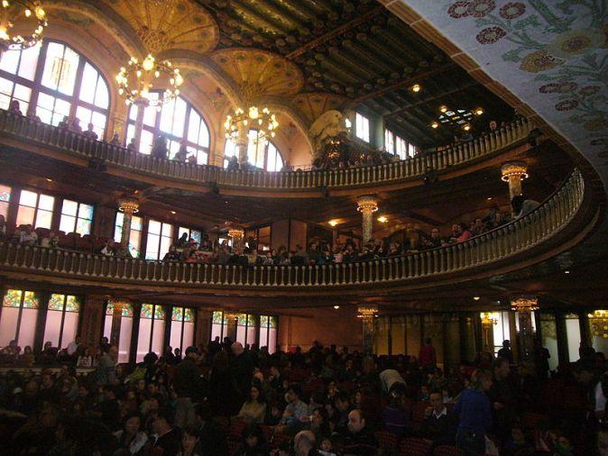800px-Interior_del_Palau_de_la_Música_Catalana_ple_de_gent