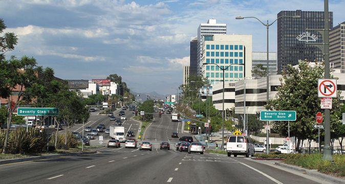 800px-Santa_Monica_Boulevard_at_Beverly_Glen