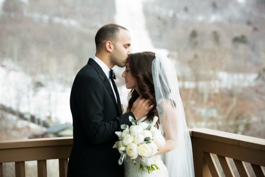 Gold wed kiss