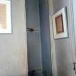 Узенькая дверь для полотен
