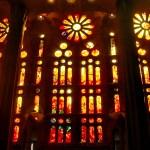 Внутри Саграда Фамилия-витражное великолепие11