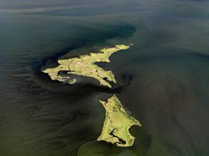 edward-burtysky_oilspill-14_marsh-islands