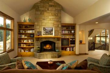 rustic-family-room-with-bookcase_living-room-with-fireplace-and-tv-decorating-home-amp-design-interior-picture-fire-place-design_natural-stone-fireplace-decor_green-brown-pattern-fabric-sofa_blue-jars