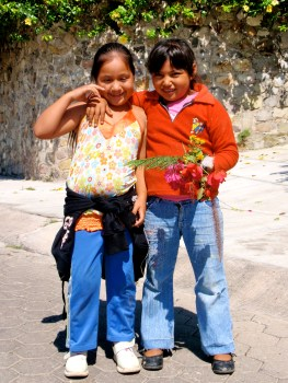 Two ninas with a gift for me ~ Ajijic