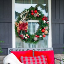 How to decorate a christmas wreath