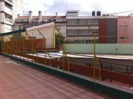 pátio superior com pavimento e redes de proteção