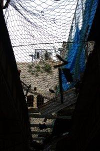 Hebron palestinska sidan, israeliska soldater övervakar allt