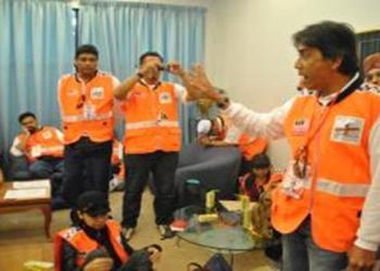 Mendengar taklimat Datuk Dr Alwi, Ketua Pegawai Perubatan