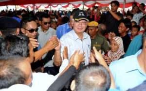 SOKONGAN PADU... Perdana Menteri Datuk Seri Najib Tun Razak bersalaman dengan orang ramai ketika menghadiri majlis bersama rakyat dan pecah tanah Masjid Lupak Meluas di Batu Sapi