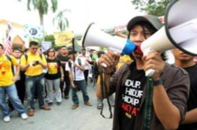 Adam Adli (kanan) yang merupakan wakil Solidariti Mahasiswa Malaysia (SMM) menyampaikan ucapan di hadapan peserta di Masjid Ar-Rahman dekat Universiti Malaya (UM).