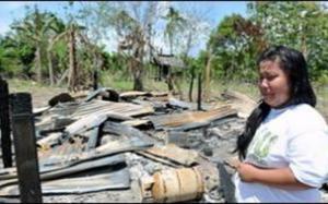 PILU...Seorang penduduk Kampung Tanjung Labian Siti Aminah Haya, 21, menangis melihat rumahnya yang musnah terbakar akibat serangan kumpulan pengganas.