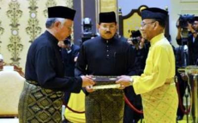 Yang di-Pertuan Agong Tuanku Abdul Halim Mu'adzam Shah berkenan menyampaikan Surat Cara Pelantikan sebagai Perdana Menteri kepada Datuk Seri Najib Tun Razak di Istana Negara, Kuala Lumpur