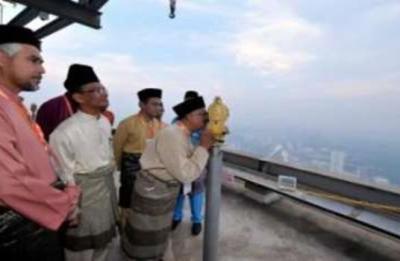 Mufti Wilayah Persekutuan, Datuk Wan Zahidi Wan Teh menggunakan alat ukur Total Station untuk melihat anak bulan Ramadan di Menara Kuala Lumpur, di Kuala Lumpur, Isnin. Tarikh permulaan puasa ditetapkan pada Rabu ini, 10 Julai, demikian diumumkan Penyimpan Mohor Besar Raja-raja