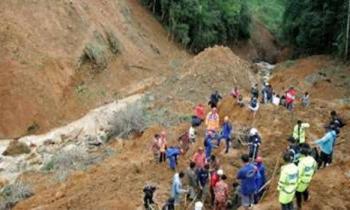 PASUKAN penyelamat bersama penduduk kampung melakukan kerja mencari dan menyelamat warga emas, Dahumi Kinte yang dipercayai tertimbus dalam kejadian tanah runtuh di kampung Mesilau, Kundasang, Sabah