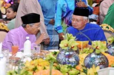 Perdana Menteri, Datuk Seri Mohd Najib Tun Abdul Razak bersama Bekas Perdana Menteri, Tun Dr Mahathir Mohamad (kiri) hadir rumah terbuka Aidilfitri Perdana Menteri di kediaman rasminya di Seri Perdana, Putrajaya pada Khamis.