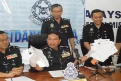 Pesuruhjaya Polis Sarawak, Mohammad Sabtu menunjukkan kepada media, dokumen palsu yang dirampas ketika serbuan dijalankan di sebuah rumah di Desa Pujut 2, Permjaya, Sabtu lepas.