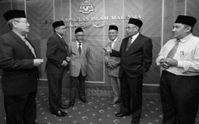 Pengerusi Jawatankuasa Fatwa, Prof Emeritus Tan Sri Dr Abdul Syukor Husin (dua, kanan) bersama ahli-ahli panel selepas mempengerusikan Muzakarah Khas Jawatankuasa Fatwa Kebangsaan bagi isu-isu berkaitan tragedi pesawat MH370 di Ibu Pejabat Jabatan Kemajuan Islam Malaysia (JAKIM) di sini malam ini. Turut sama ialah Ketua Pengarah JAKIM, Datuk Othman Mustapha (dua, kiri).