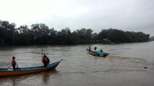 PASUKAN menyelamat yang dibantu penduduk tempatan mencari seorang remaja perempuan yang dilaporkan hilang selepas perahu tambang dinaikinya karam di Sungai Mukah, di sini, hari ini.
