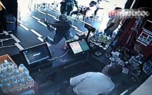 Kumpulan remaja rosakkan peralatan restoran 24 jam
