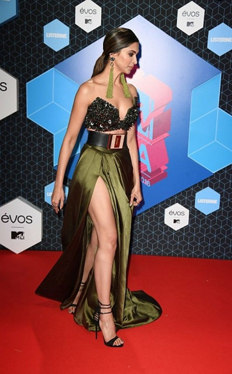 deepika-padukone-at-mtv-emas-2016-2