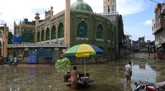 Heavy Monsoon rain in Lahore, Twitter stacks up with