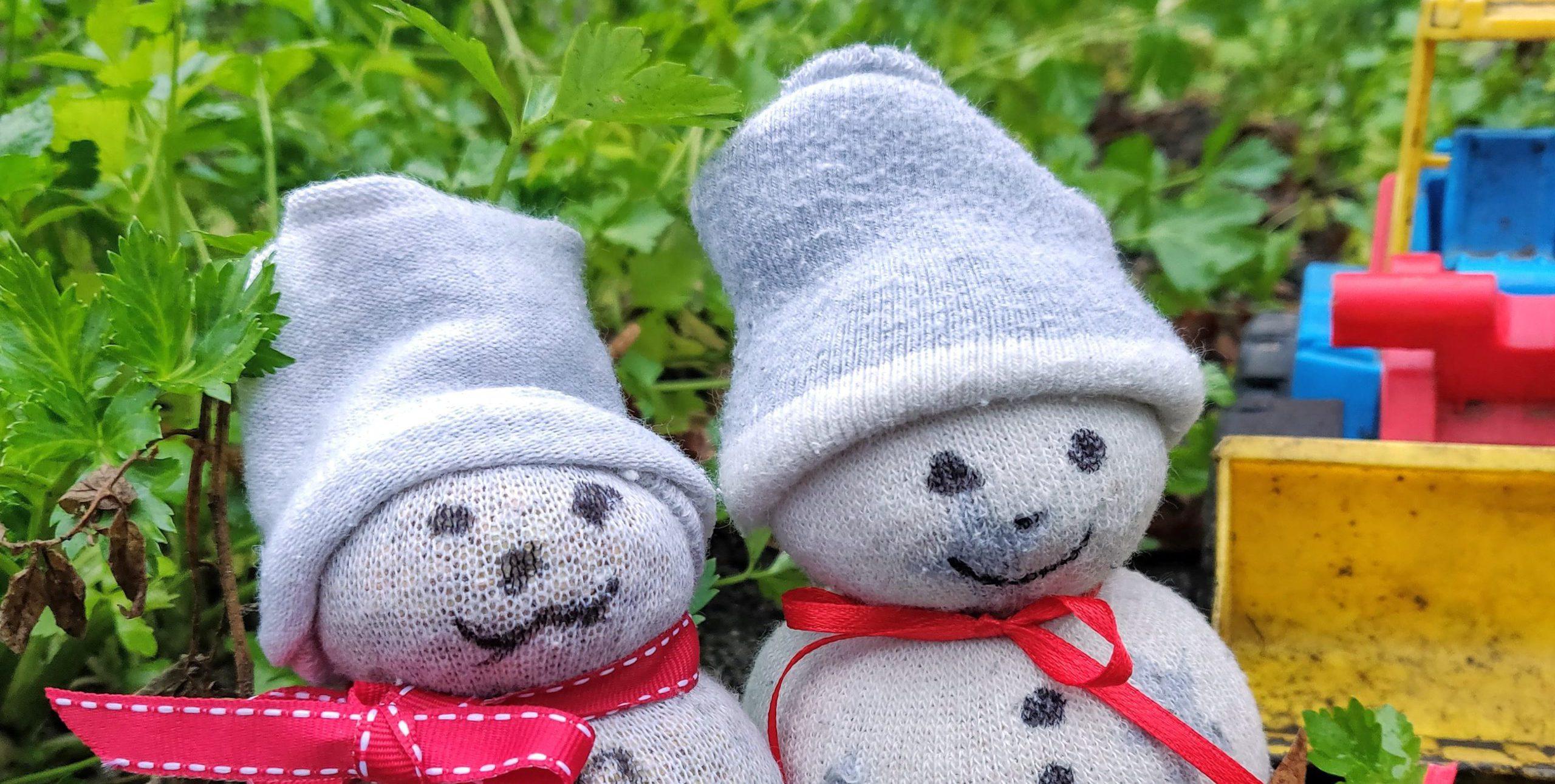 Zokni hóemberek kertben