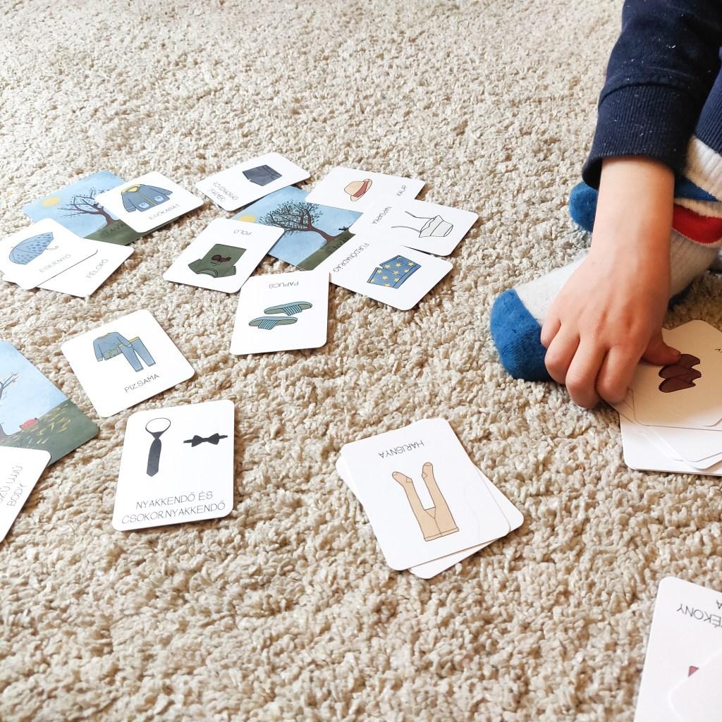 Öltözködő kártyacsomag játék közben