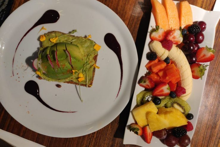 Flax & Kale kahvilassa aamupalalla: avokadoleipä ja hedelmälautanen